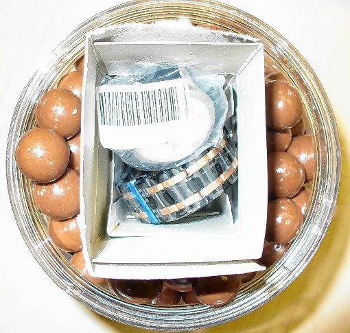 Zwei teure Uhren entdeckten die Zölnner versteckt in Süßigkeiten.   Foto: zVg Foto: Die Oberbadische