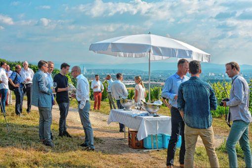 In den Reben gab es für die Gäste eine Sekt- und Weinverkostung, bevor es zur moderierten Diskussion in die Lounge des Vitra Campus ging.   Foto: Joachim Pinkawa Foto: Weiler Zeitung