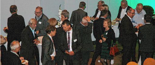 Nach den Vorträgen war Kontaktpflege mit Häppchen und Getränken angesagt.  Fotos: Ulf Körbs Foto: Die Oberbadische