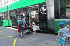 Im Bereich um das Spalentor (oberes Bild) soll auch das Einsteigen in das Tram erleichtert werden.   Fotos: Adrian Steineck Foto: Die Oberbadische