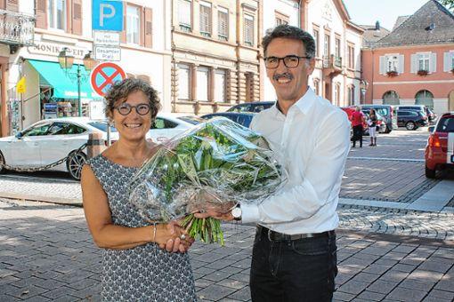 Mit Blumen begrüßte    Jürgen Sänger die  neuen Rektorin der Friedrich-Ebert-Schule, Claudia Droste-Acocella. Foto: Markgräfler Tagblatt