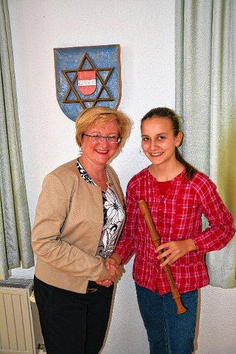 Ortsvorsteherin Sabine Hartmann-Müller ehrte die 13-jährige Flötistin Johanna Boehm aus Herten.  Foto: Heinz Vollmar Foto: Die Oberbadische