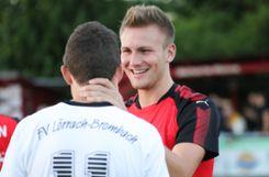 Ex-Kollege Nils Mayer   tröstet nach dem Derby FVLB-Mann Daniel Briegel.   Foto:   Hubbs Foto: Die Oberbadische