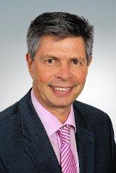Bürgermeister Christof Nitz verabschiedete Michael Straub nach 27 Jahren aus dem Gemeinderat und verpflichtete Alison Ehrmann als Nachrückerin.    Foto: Werner Müller Foto: Markgräfler Tagblatt