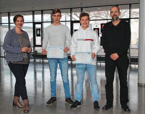 Französischlehrerin Monique Stamm-Wesemael (v.l.) und Rektor Thomas Vielhauer (r.) überreichten die Zertifikate an Louis Wiest und Marvin Kößler   (10a). Foto: zVg