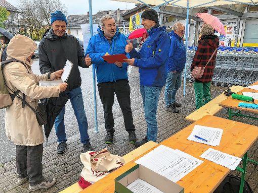 Die Interessengemeinschaft, die sich für die flächendeckende Einführung von Tempo 30 in Steinen einsetzt, begann mit der Unterschriftensammlung.   Foto: Hans-Jürgen Hege Foto: Markgräfler Tagblatt