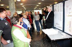 Groß war das Interesse, als Jury-Vorsitzender Fred Gresens (rechts) fünf Entwürfe für das Neubauvorhaben der Baugenossenschaft in der Weiler Gartenstadt im Rathausfoyer präsentierte.   Fotos: Siegfried Feuchter Foto: Weiler Zeitung