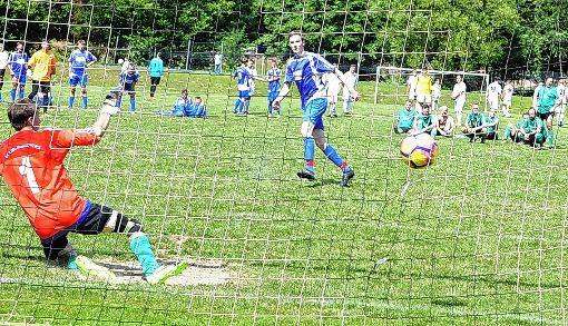 Elferschießen: Hier behält  die Huttinger  Reserve die Oberhand gegen die Kicker des SV Liel-Niedereggenen  Foto: Mirko Bähr Foto: Die Oberbadische