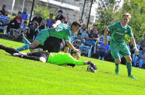 Bosporus-Keeper Michael Lippert schnappt den Zellern Lukas Ruf und Johannes Rapp  den Ball gerade noch so vor der Nase weg.   Foto: Mirko Bähr Foto: Die Oberbadische