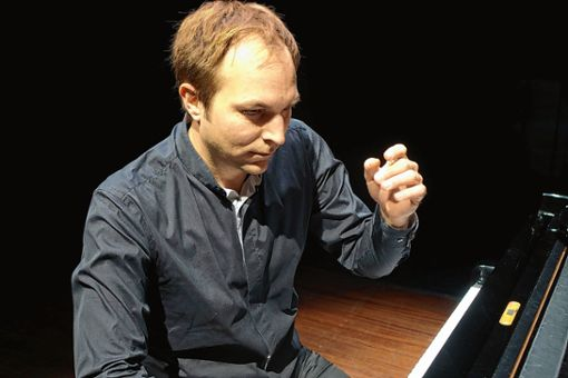 Herbert Schuch in Aktion bei seinem spannenden Klavierabend im Burghof. Foto: Jürgen Scharf