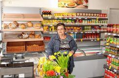 Jutta Dörflinger freut sich, dass die Wiedereröffnung des Dorfladens in Hasel bei der Bevölkerung gut angekommen ist.   Fotos: Heiner Fabry Foto: Markgräfler Tagblatt