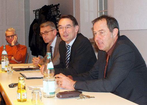 Armin Schuster,  Ingbert Liebing und Bürgermeister Andreas Schneucker (von links) im Gespräch.  Foto: Daniela Buch Foto: Weiler Zeitung