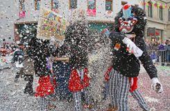 Konfetti satt: Die Cliquen der Narrengilde haben für den diesjährigen Umzug mehr als sechs Tonnen Konfetti geordert. Foto: Kristoff Meller Foto: mek