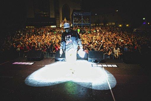 Basler HipHop-Grossprojekt 1 City 1 Song hat am Jugendkulturfestival Basel (JKF)  mit der Open-Air-Premiere die Massen auf dem Barfüsserplatz begeistert. Jetzt ist das Download-Album bei  den iTunes HipHop-Charts  auf Platz eins gelandet    Foto: RFV Foto: Die Oberbadische