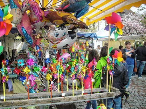 Warenstände mit buntem Kinderspielzeug zogen die Kinder in ihren Bann.    Foto: R. Hölzle Foto: Markgräfler Tagblatt