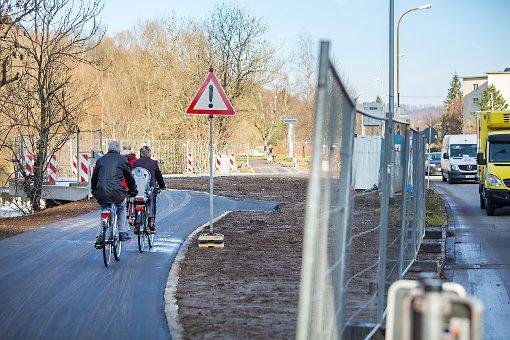 Sobald der Kreisel an der Dammstraße fertiggestellt ist, rechnet die Stadtverwaltung mit mehr Betrieb auf dem bestehenden Radweg an der Wiese und damit auch mit mehr Konfliktpotenzial zwischen Radfahrern und Fußgängern.  Foto: Kristoff Meller Foto: Die Oberbadische