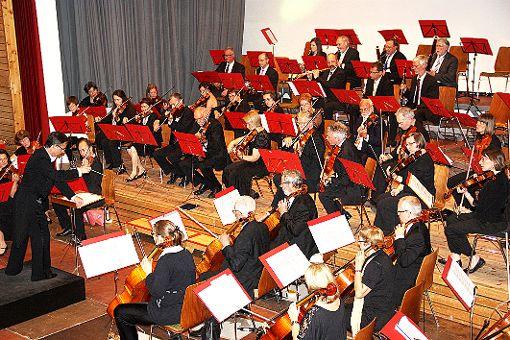 Die Weiler Orchestergesellschaft mit ihrem Dirigenten Franck Nilly ist 90 Jahre alt und genießt einen sehr guten Ruf.   Foto: wz Foto: Weiler Zeitung