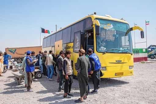 Der Bus hält an der iranisch-afghanischen Grenze. Nervöse und müde Flüchtlinge steigen aus. Foto: Stefanie Glinski