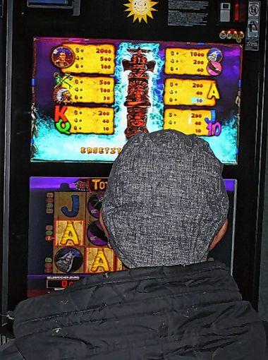 Aus dem Spiel mit kleinem Geld kann auch eine Sucht entstehen.  Foto: Gerd Lustig Foto: Die Oberbadische