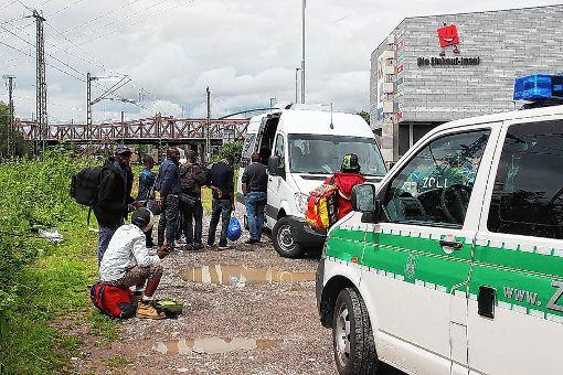 Diesseits der Grenze gestrandete Flüchtlinge werden von der Bundespolizei aufgegriffen.   Foto: Siegfried Feuchter Foto: Die Oberbadische