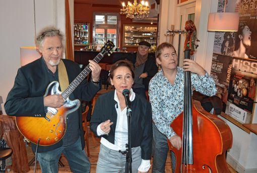 Anne Ehmke mit Hary de Ville (l.) und Martin Hess. Im Hintergrund Vaclav Spirit. Foto: Veronika Zettler
