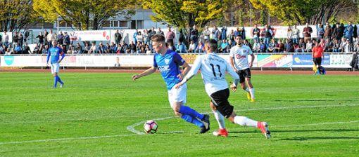 Vor den Augen vieler Fans im Nonnenholz versucht Weils Adrian Mouttet Villingens Kamran Yahyaijan abzuschütteln. Foto: Nodler