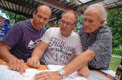 Helmut Augsten (von links), Thomas Schmiederer und Bruno Dürrholder sind noch mit der Organisation des Jubiläumstrottoirfestes beschäftigt.  Foto: Ptra Wunderle Foto: Die Oberbadische