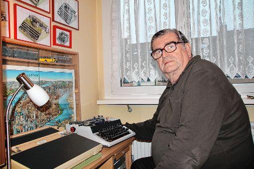 Hans-Peter Günther aus Steinen hat eine weitere Kurzgeschichte geschrieben, in deren Mittelpunkt eine Schreibmaschine steht.    Foto: Harald Pflüger Foto: Markgräfler Tagblatt