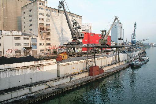 Dieser ausrangierte Kran aus dem stillgelegten Rheinhafen St. Johann soll ab Ende August einen neuen Standort am Klybeckquai finden. Eventuell gibt es dann eine Kran-Beiz.  Foto: Archiv Foto: Die Oberbadische
