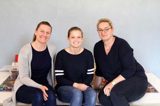 Erzieherin Natascha Rasch (v.l.) mit Tabea Senn und   Angelika Mauch   Foto: Denis Bozbag Foto: Die Oberbadische