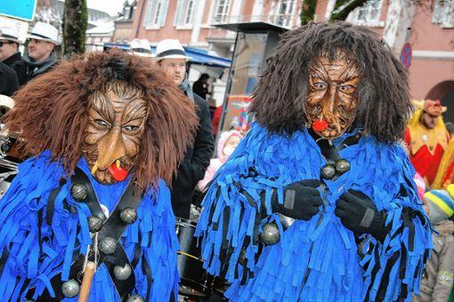 Die Enninger in ihrem blauen Häs und den furchterregenden Masken verbanden mit dem Narrenbaustellen auch ihr 33-jähriges Jubiläum. Foto: Ralph Lacher