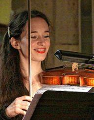 Mojca Gal spielt Barockvioline beim Konzert. Foto: Weiler Zeitung