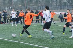 Tim Siegin (vorne) verliert mit dem VfR Bad Bellingen das Spiel um Platz drei gegen Black Star Basel deutlich mit 0:4. Foto: Die Oberbadische