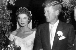 1952 wird John F. Kennedy Senator von Massachusetts, ein Jahr später heiratet er die junge Fotoreporterin und Tochter aus gutem Hause, Jacqueline Lee Bouvier. Die 23-Jährige erdet den jungen, als Schwerenöter bekannten Demokraten. Foto: dpa