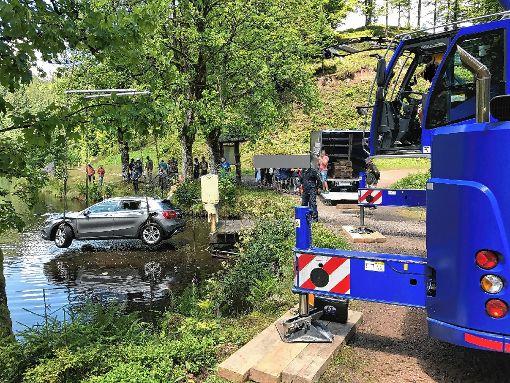 Ein  Kran musste gestern ein Auto aus dem Nonnenmattweiher bergen. Ein junger Mann  hatte  bei einem Wendemanöver den Wagen in die Fluten gesteuert.    Foto: zVg Foto: Markgräfler Tagblatt