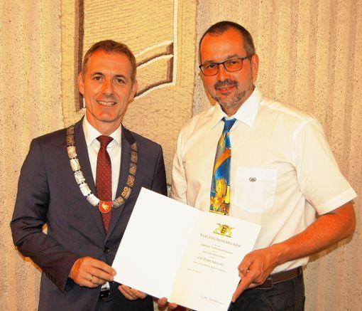 Burgvogt Uwe Gimpel (r.) bekam aus der Hand von  Jörg Lutz die Ehrennadel des Landes Baden-Württemberg überreicht.     Foto: Peter Ade Foto: Die Oberbadische