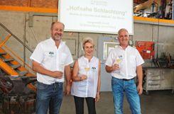 Die Initiatoren  stoßen auf die  erfolgreiche Präsentation an: (v.l.) Thomas Mayer, Sandra Kopf und Peter Brandmeier. Foto: Weiler Zeitung