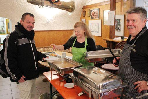 Rund 20 ehrenamtliche Helfer kümmerten sich um das kostenlose Essen für die Bedürftigen im Gildenkeller. Foto: Denis Bozbag