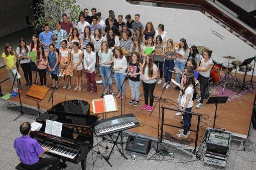 Die Chor-AG und der Musikkurs Klasse 12 präsentierten Songs aus der Welt von Pop  und Musicals beim jüngsten Schulkonzert. Die Leitung hatte Wolfgang Haller. Hernach zeigte auch die Big Band ihr Können.   Foto: Gerd Lustig Foto: Die Oberbadische