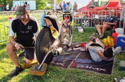 Im Fahrerlager wurde bis kurz vor dem Rennen eifrig geschraubt. Foto: Weiler Zeitung
