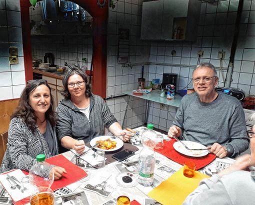 Valérie Bonfiglio, Sabine Bulla und Andreas Busch (v.l.) essen immer gerne mit den Bewohnern, wenn Mark P. kocht.   Fotos: Nina Ricca Foto: Die Oberbadische