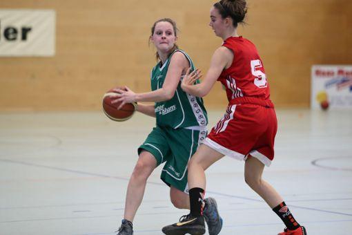 Ilona Schönbett (links) muss mit dem CVJM Lörrach aus der Oberliga absteigen.   Foto: Archiv Foto: Die Oberbadische