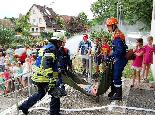 Menschenrettung war die zentrale Aufgabe bei der Schauübung der Jugendfeuerwehr Haagen im Rahmen des Sommerfestes der Abteilung.   Foto: Peter Ade Foto: Die Oberbadische