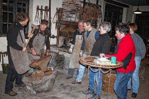 Werner Schute aus Fahrnau (zweiter von links) führte beim jüngsten Amboss-Treffen seine Handwerkskünste vor.   Foto: Ines Bode Foto: Markgräfler Tagblatt