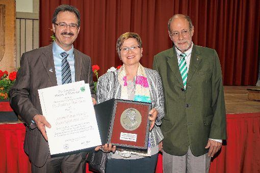 Die Preisträgerin Beatrice Mall-Grob mit Bürgermeister Martin Bühler und Laudator Willi Schläpfer.  Fotos: Anja Bertsch Foto: Markgräfler Tagblatt