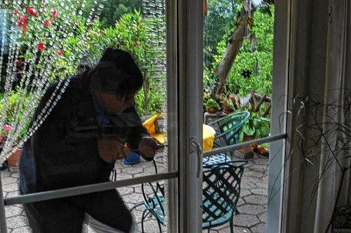 Die Täter gelangten durch das Aufhebeln der Terrassentüren in die Häuser und durchsuchten diese. (Symbolbild) Foto: Archiv