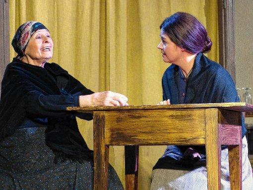 Mutter (Rose-Marie Chaghaghi-Hermann, l.) träumt  mit Martha (Kerstin Kapfer) von einem besseren  Leben.  Foto:  Driesch Foto: Die Oberbadische