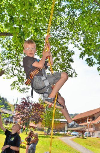 Klettern in verschiedenen Variationen konnten die Wiedener Kinder beim Ferienprogramm.   Foto: Paul Berger Foto: Markgräfler Tagblatt