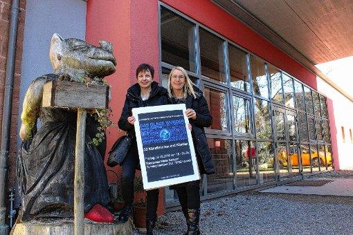 Ausstellungsorganisatorin Ellen Mosbacher mit der VBK-Vorsitzenden Marga Golz  vor dem temporären Ausstellungsraum des Nellie Nashorn   Foto: Gabriele Hauger Foto: Die Oberbadische
