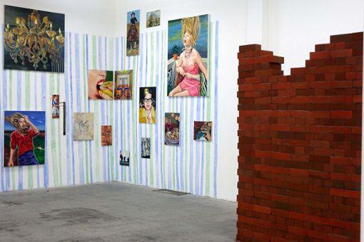 Blick in die Regionale-Ausstellung im Basler Projektraum M54 auf Malerei und eine Ziegelwand. Foto: Die Oberbadische